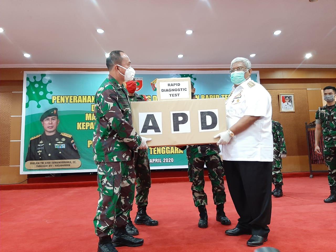 Pangdam XIV/Hasanuddin Serahkan 2000 APD dan 600 Tes Rapid ke Gubernur Sultra
