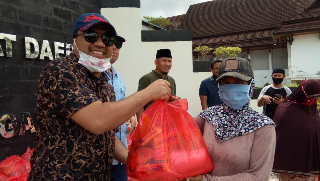 Anggota DPRD Sultra Bagi-bagi Sembako