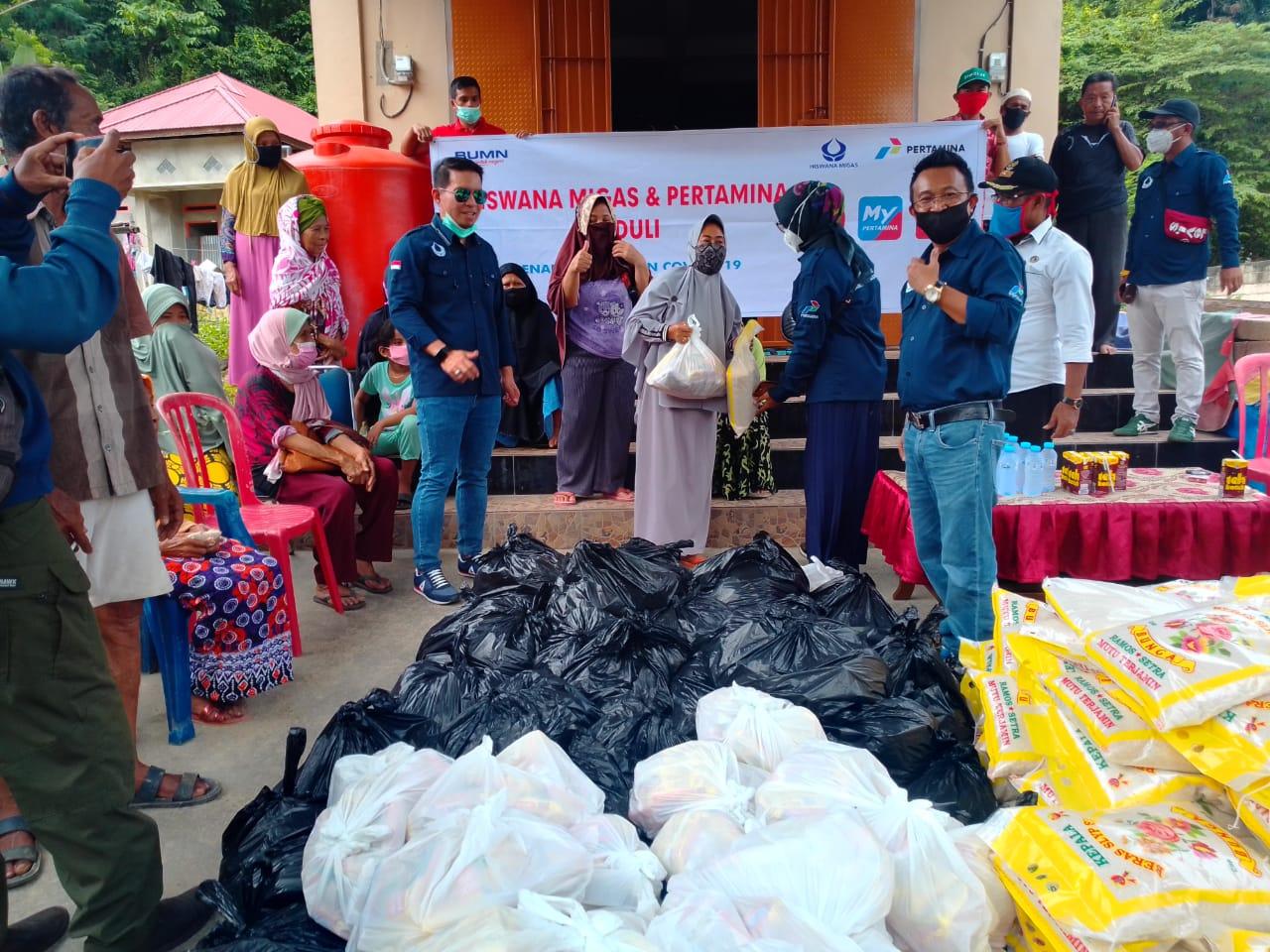 Pertamina Bersama Hiswana Migas Bagikan Ratusan Paket Sembako di Kendari