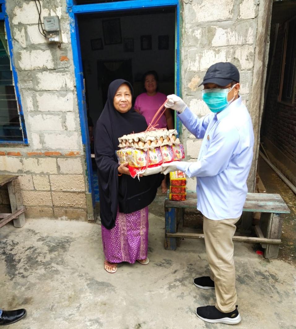 Andi Sulolipu Bagikan 250 Paket Sembako Door to Door ke Masyarakat Kendari