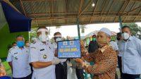 Serahkan BLT DD di Tiworo Tengah, Rajiun Ingatkan Kades Penerima Bantuan Harus Tepat Sasaran