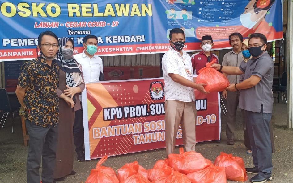 KPU Sultra Salurkan Bantuan Kepada Masyarakat Terdampak Covid19