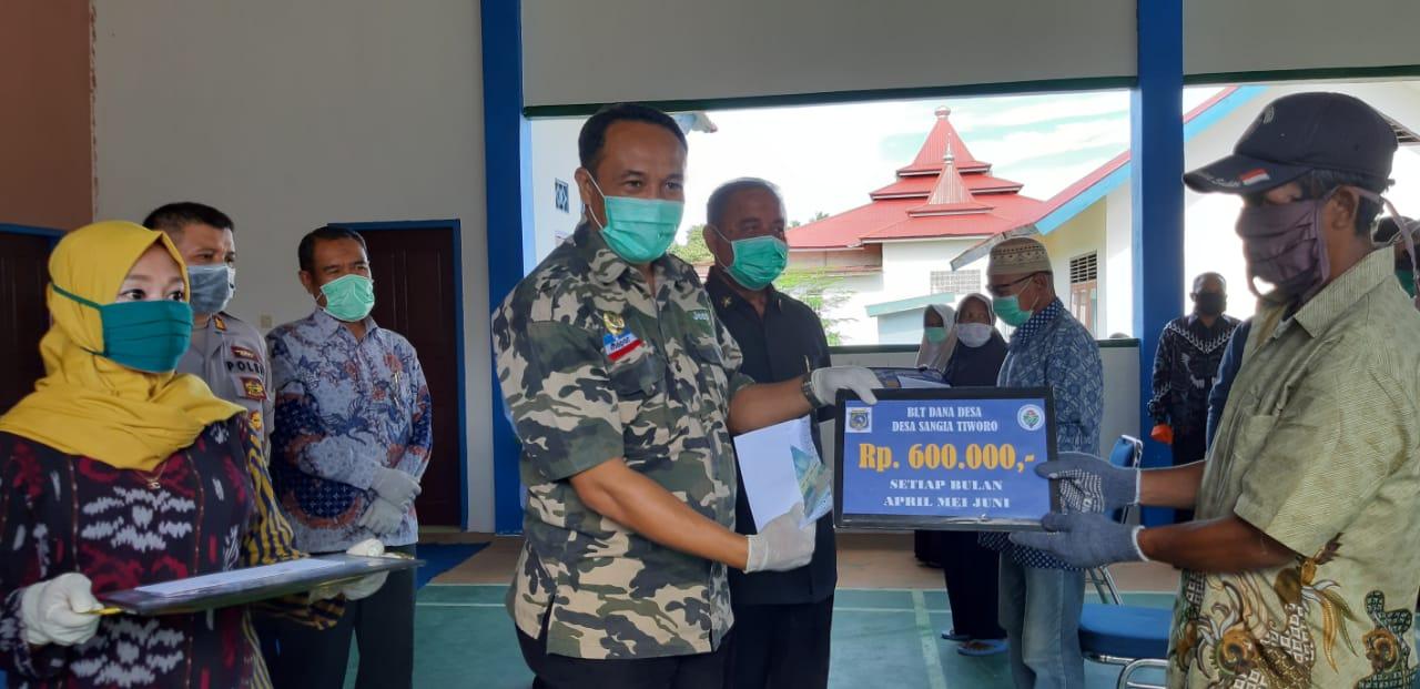 Lagi, Bupati Mubar Serahkan BLT Dana Desa kepada Masyarakat Tiworo Selatan