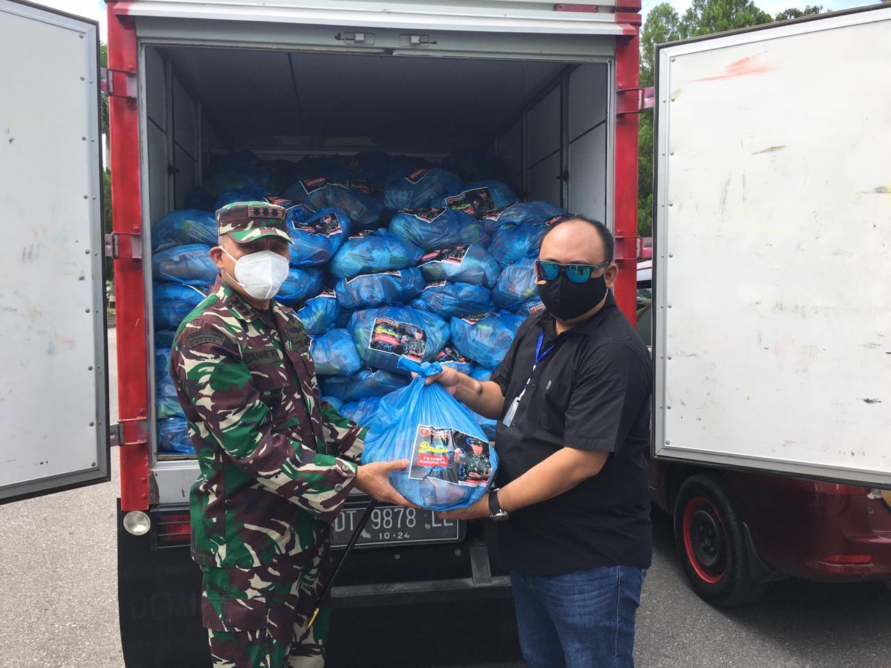 Pangdam XIV/Hasanuddin Berikan 500 Paket Sembako ke Masyarakat Kendari Terdampak Covid19
