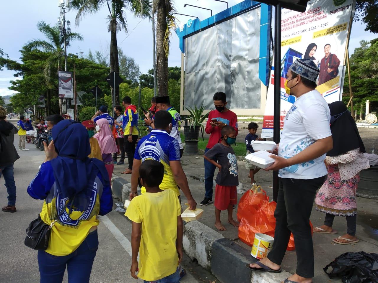 IMI Sultra Berbagi Takjil dan Masker kepada Pengguna Jalan di Kendari