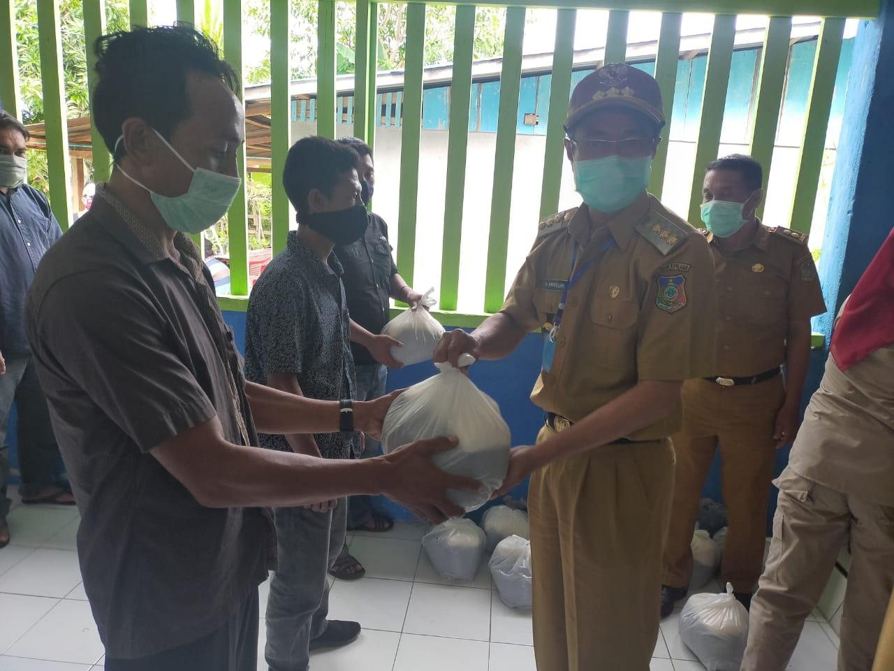 Pemda Konkep Serahkan Bantuan Sembako ke 7 Ribuan Warga