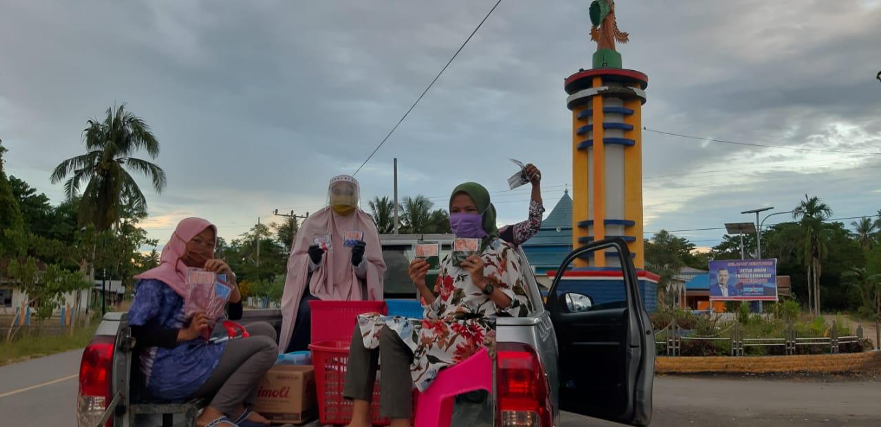 Ketua Dekranasda Mubar Bagi Sembako dan Masker kepada Masyarakat