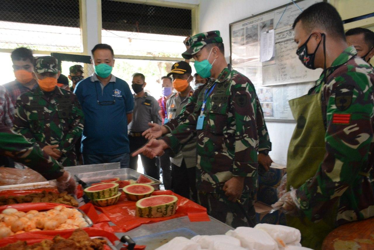 Pangdam XIV/Hasanuddin Tinjau Dapur Umum TNI-Polri, dan Salurkan Bantuan ke Masyarakat Kepulauan