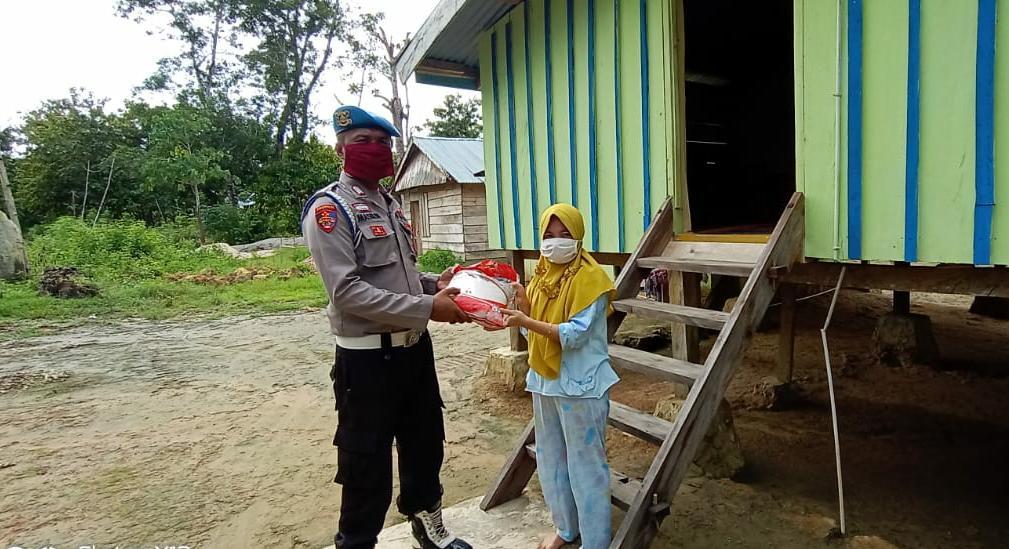 Polri Peduli Covid-19, Polsek Tikep Bagikan Bansos kepada Masyarakat di Tiga Kecamatan