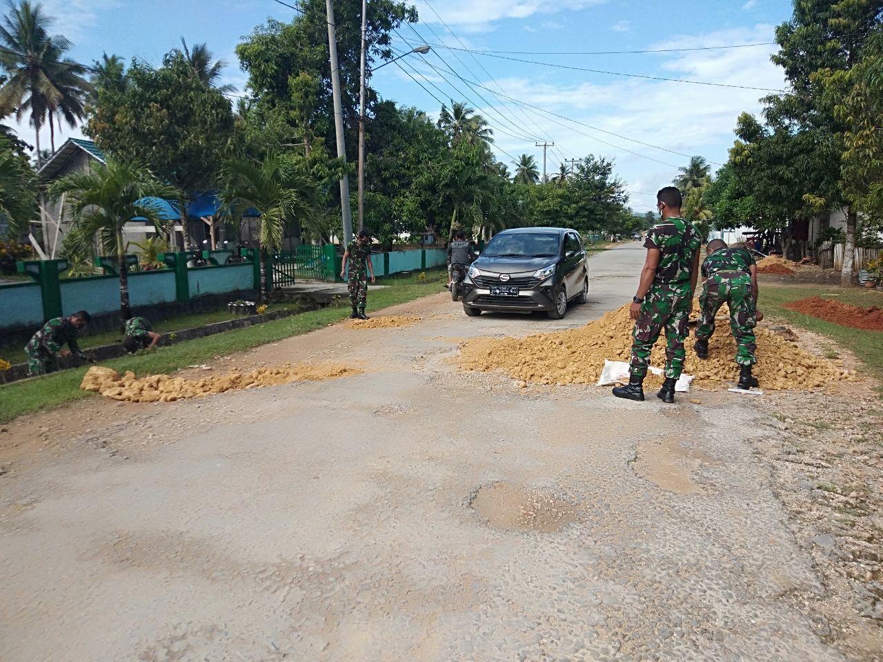 Cegah Lakalantas, Koramil 1416-03/Tongkuno Timbun Jalan Berlubang