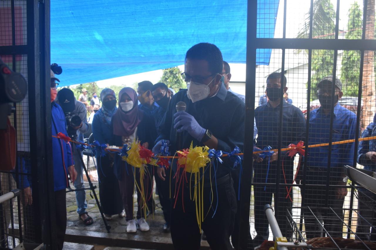 Rektor UHO Launching Unit Usaha Ternak FPt