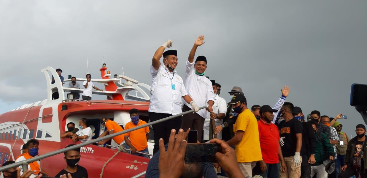 Tiba di Pelabuhan Raha, Ribuan Masyarakat Sambut Rajiun-La Pili