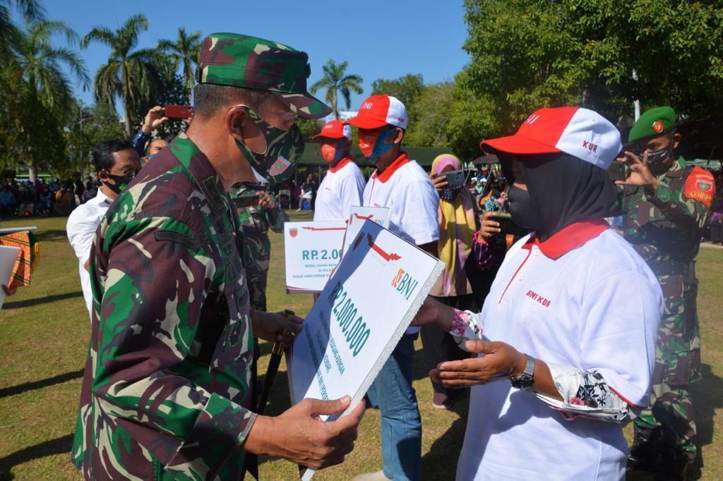 Mayjen TNI Andi Sumangerukka Serahkan Bantuan Modal Tahap I ke 1000 UMKM di Sultra
