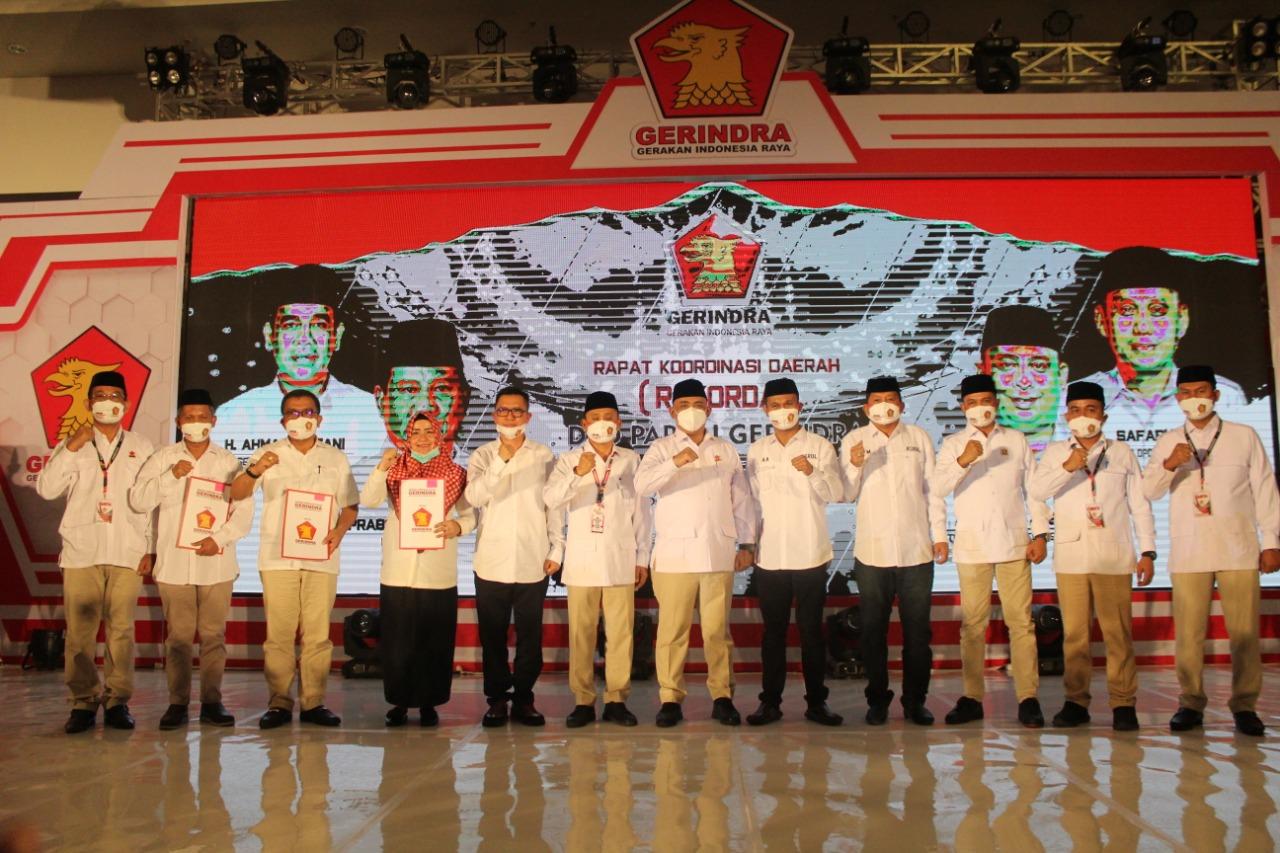 Dimomen Rakorda, Ketua DPD Partai Gerindra Sultra Serahkan 4 Rekomendasi Untuk 4 Daerah Pilkada 2020