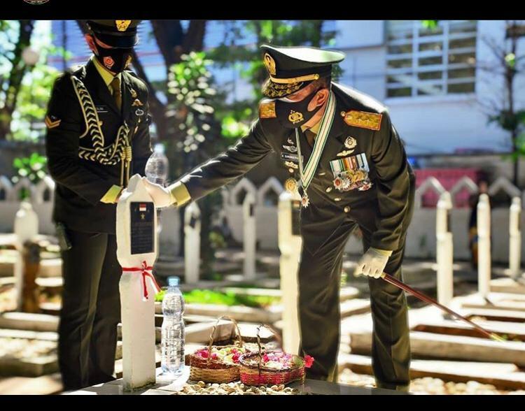 HUT TNI ke 75, Pangdam beserta Jajaran Kodam XIV/HSN Ziarah ke Taman Makam Pahlawan