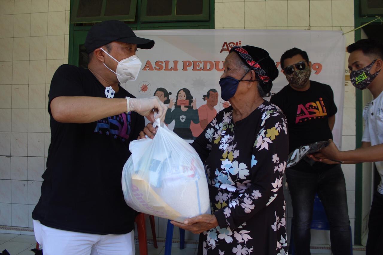 ASLI dan ASR Kembali Bagikan Ratusan Paket Sembako, Kali Ini di Kecamatan Kendari Barat