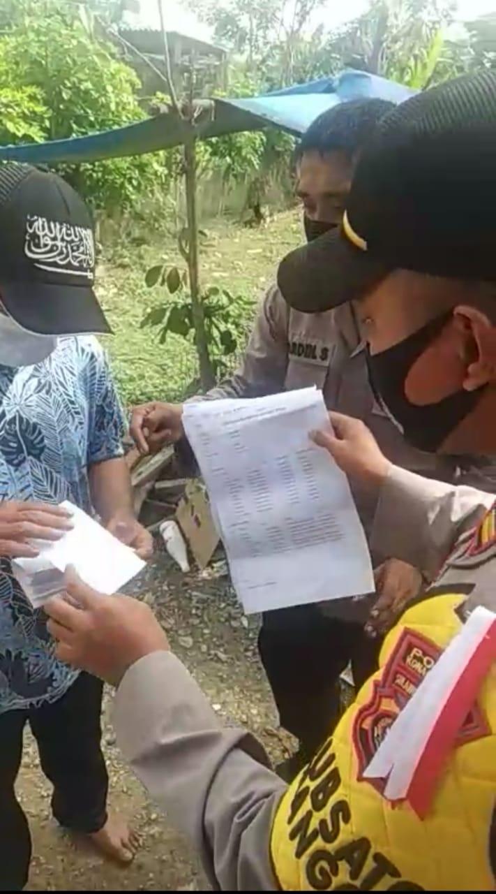 Polisi Tangkap Tangan Seorang Warga yang Bawa Setumpuk Amplop Berisikan Uang di Konsel