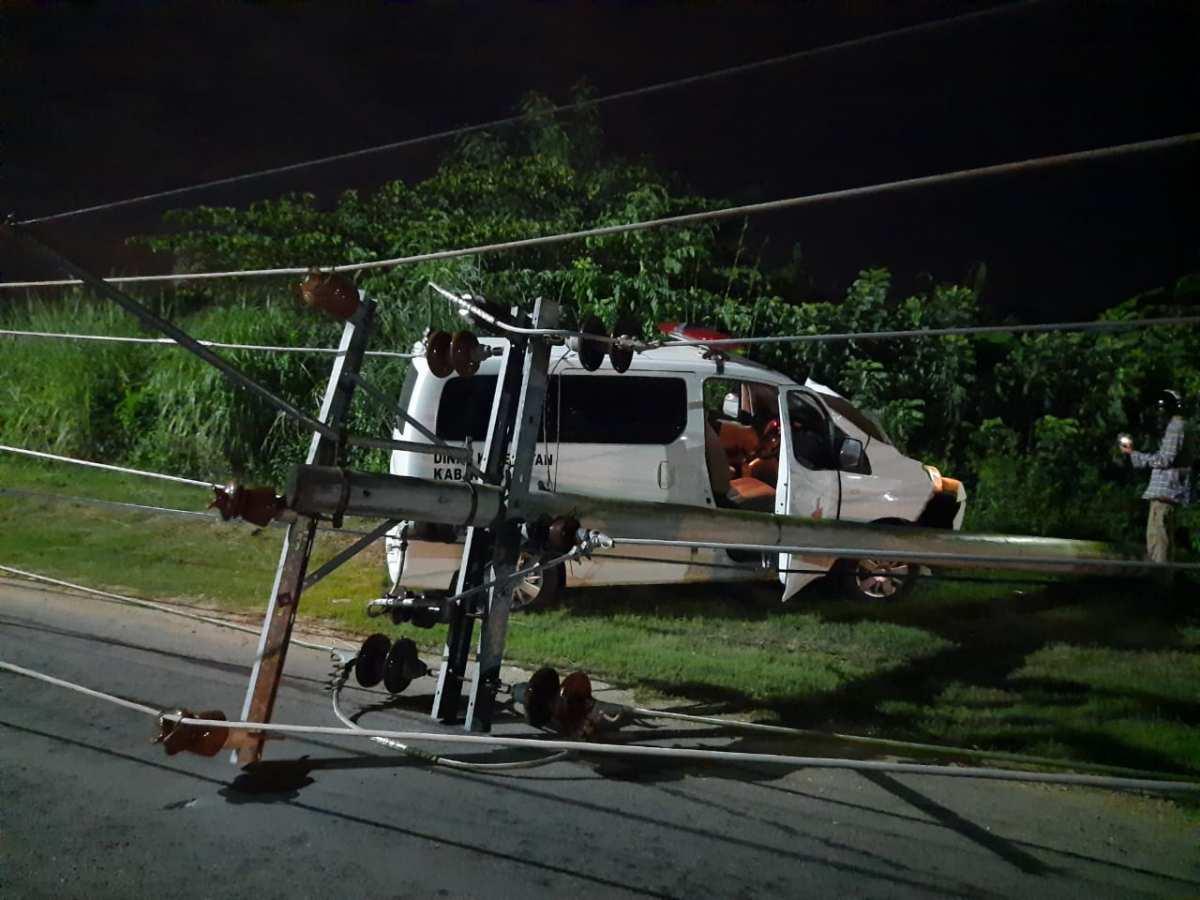 Ambulance Milik Pemda Konsel Tabrak Tiang Listrik di Kendari