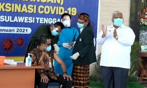 Suntik Vaksin di Mulai, Rektor UHO Jadi Penerima Pertama di Sultra