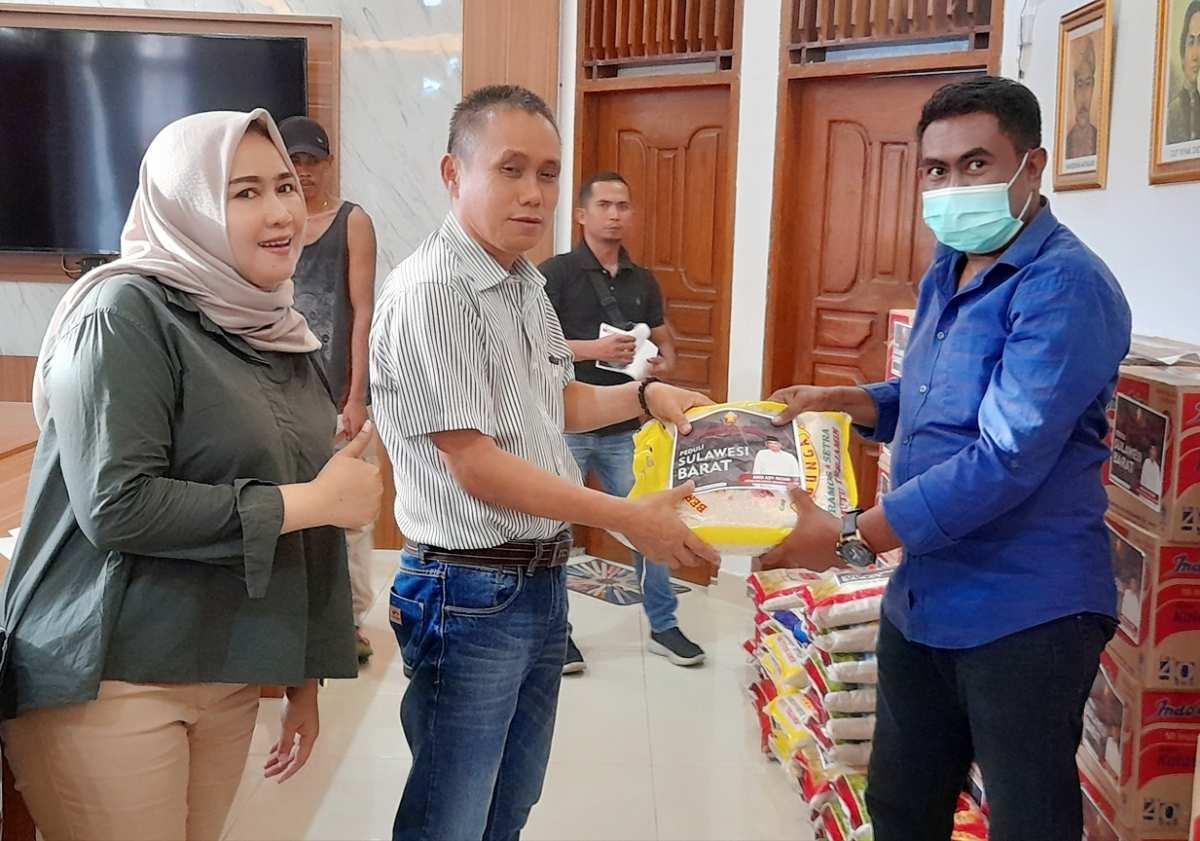 PD Satria Serahkan 101 Karung Beras Untuk Korban Gempa Sulbar