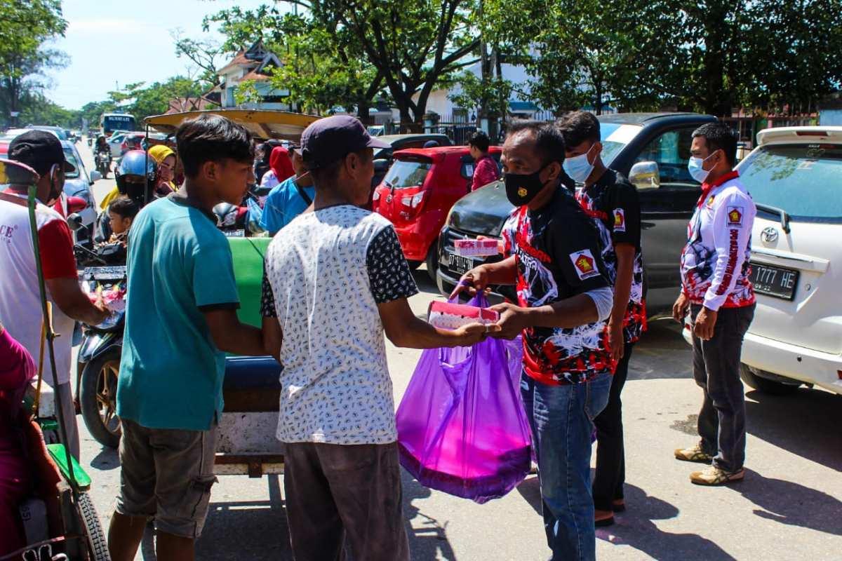 DPC Gerindra Kota Kendari Berbagi Bersama Pemulung dan Tukang Becak