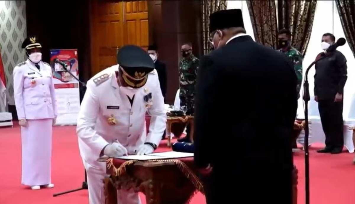 Gubernur Sultra Lantik Bupati Mubar dan Pj Bupati Konsel