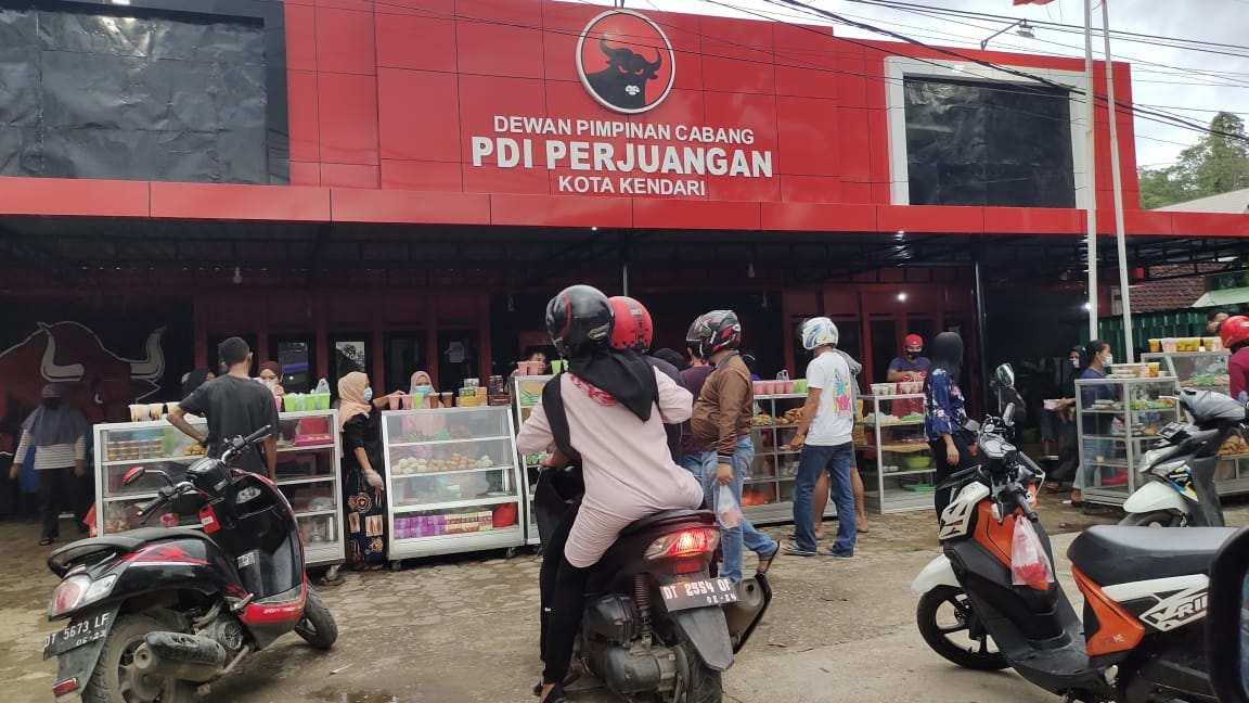 Gandeng UMKM, Selama Ramadhan DPC PDIP Kota Kendari Gelar Bazar Kue