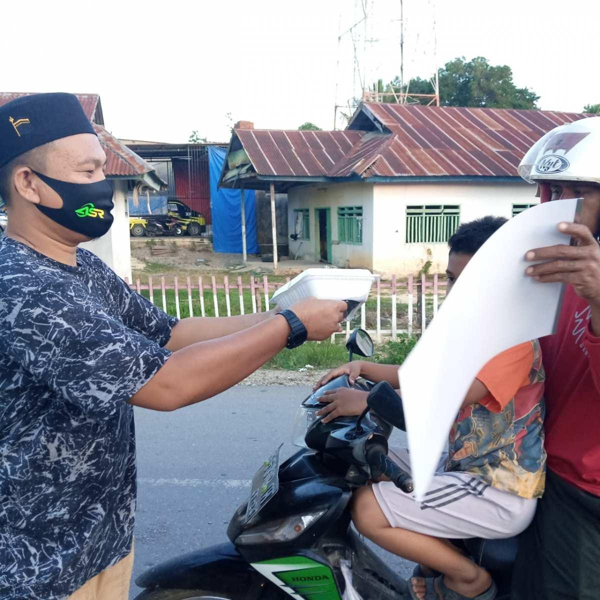 Jelang Berbuka Puasa, ASR Konsel Berbagi Makanan dan Masker
