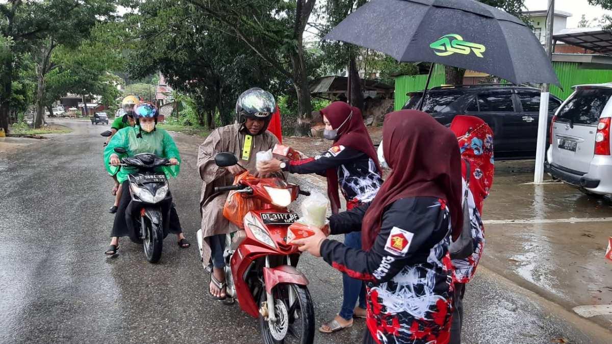Lestarikan Makanan Khas Sultra, DPD Gerindra Sultra Bagikan Ratusan Sagu ke Warga