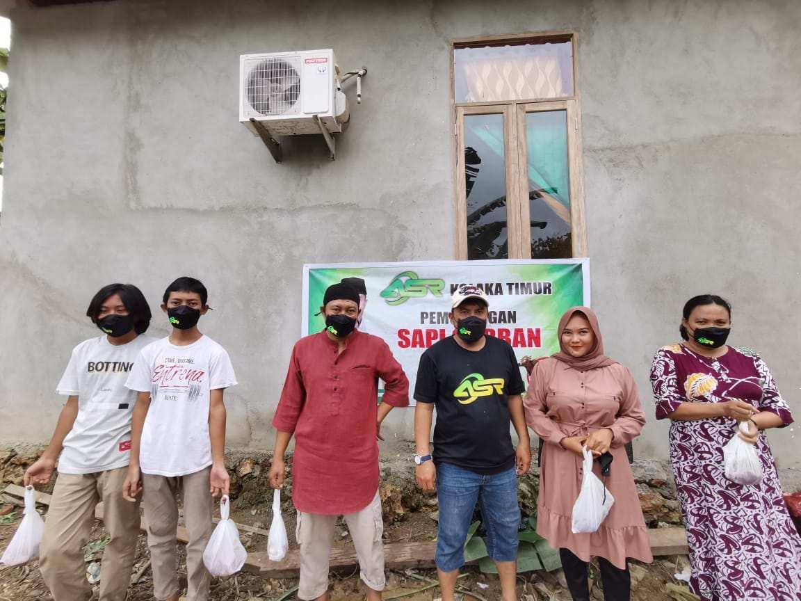Relawan ASR Koltim Door To Door Bagikan Daging Qurban dari Andi Sumangerukka