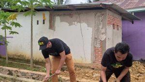 Relawan ASR Kendari Gotong Royong Bersama Warga Watubangga Perbaiki Jalan Rusak