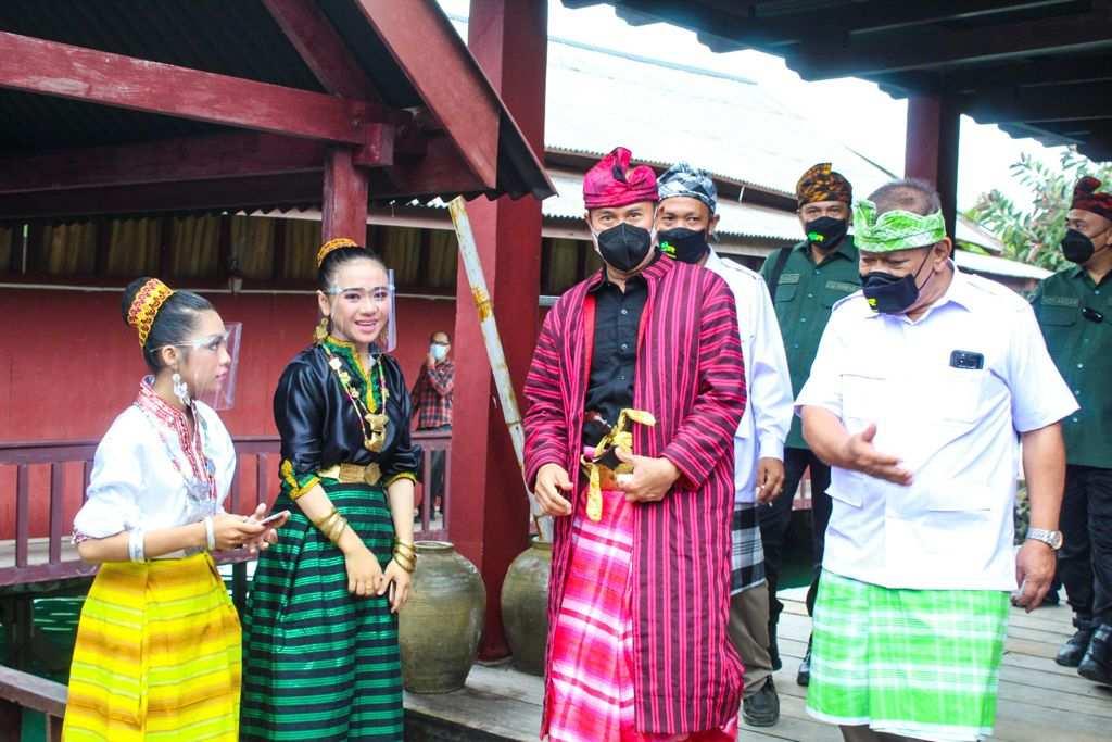 Silaturahmi ke Tokoh Adat Wakatobi, Andi Sumangerukka Diberi Gelar Adat Panglima Perang Tertinggi